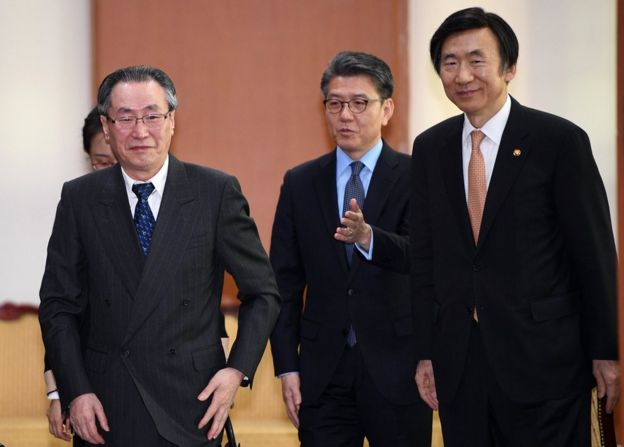 South Korean Foreign Minister Yun Byung-Se (R) walks with Wu Dawei (L), China's Special Representative for Korean Peninsula Affairs, and Kim Hong-Kyun (C), South Korea