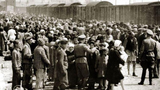 Foto em preto e branco mostra centenas de judeus em Auschwitz-Birkenau
