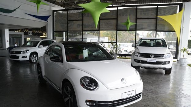 Autos nuevos en un concesionario de Volkswagen en Río de Janeiro.