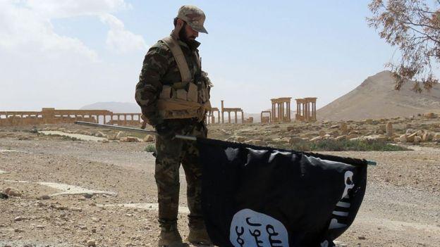 Un militar en una zona que antes estaba controlada por el Estado Islámico.