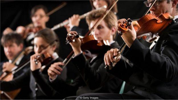 Pessoas em orquestra