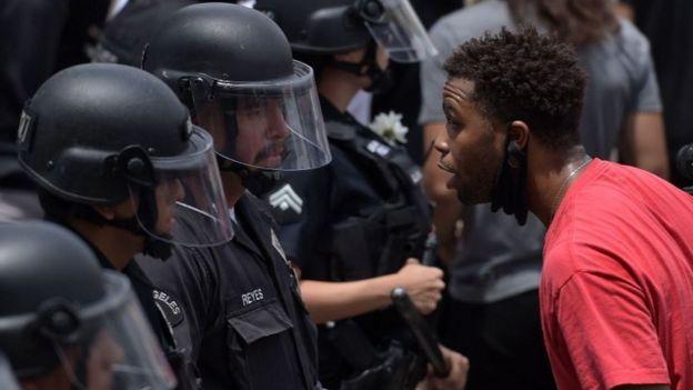 Um manifestante fala com um oficial da polícia de Los Angeles durante uma manifestação pela morte de George Floyd em Hollywood, Califórnia, em 2 de junho de 2020.