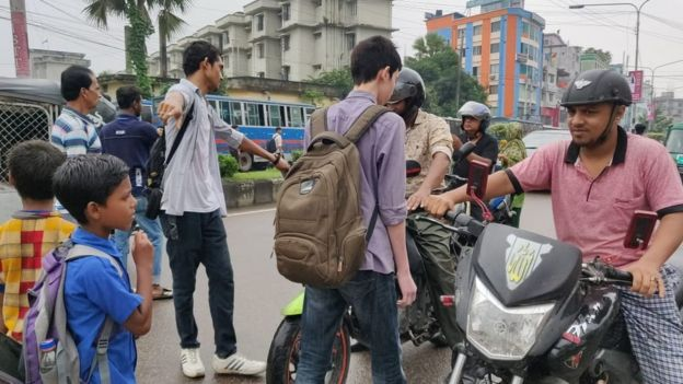 Adolescentes deteniendo en tráfico en Daca.