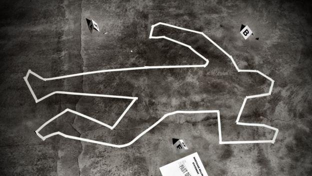 Dibujo en el suelo marcando la silueta de un cuerpo durante una investigación policial