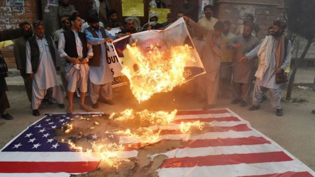 Pakistanis protest by burning the photo of Donald Trump and the US flag  by an American bombing in the Afghan city of Quetta.