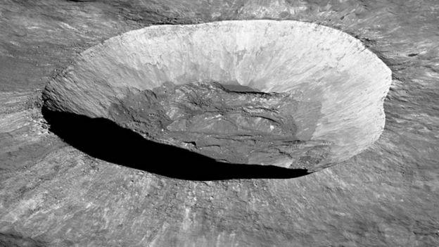 Shimo kubwa la Giordano Bruno kwenye Mwezi lililo na upana wa kilomita 22