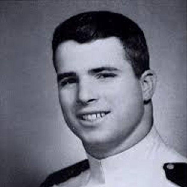 جان مک کین در سال ۱۹۵۴ در آکادمی نیروی دریایی آمریکا