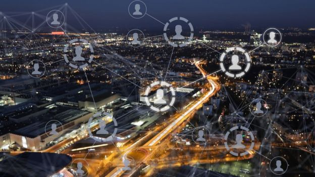Gráfico y foto que representa conexión entre usuarios de internet