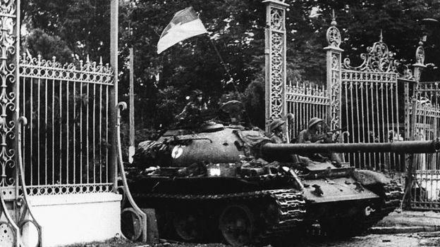 Северо-вьетнамский танк въезжает на территорию дворца президента Южного Вьетнама