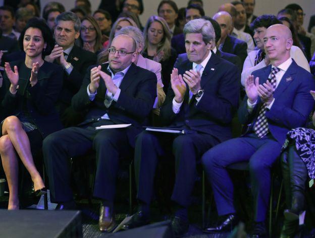 جیسون رضاییان و همسرش یگانه صالحی در کنار جان کری، وزیر خارجه وقت آمریکا و جف بزوس، رئیس آمازون و صاحب واشنگتنپست، روزنامهای که آقای رضاییان با آن همکاری داشت