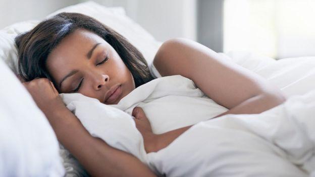 Una mujer durmiendo profundamente