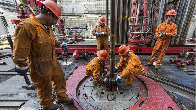Trabajadores petroleros en un pozo