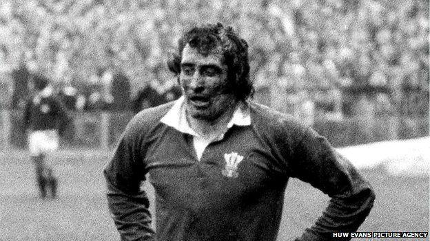 Gareth ar ol sgorio un o'i geisiau enwocaf yn erbyn Yr Alban yn 1972. Gareth after scoring one of his most memorable tries against Scotland in 1972