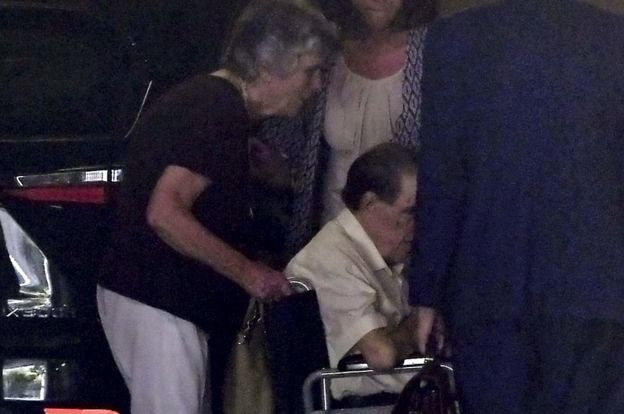 Eduardo Vela en una silla de ruedas.