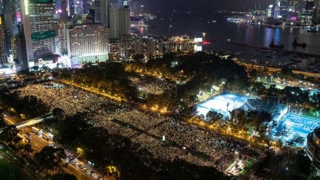 Ban tổ chức nói khoảng 180.000 người đã tham gia lễ tưởng niệm hôm 4/6, tuy nhiên cảnh sát thì nói rằng con số chỉ ở khoảng 40.000 người