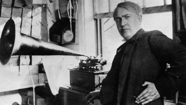 Thomas Edison con su fonógrafo.