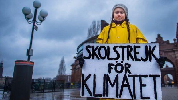 Greta Thunberg con un cartel que dice