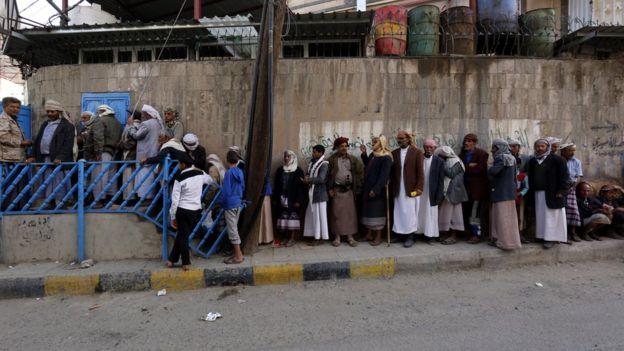 طابور من الفقراء في اليمن في انتظار الحصول على الخبز المجاني