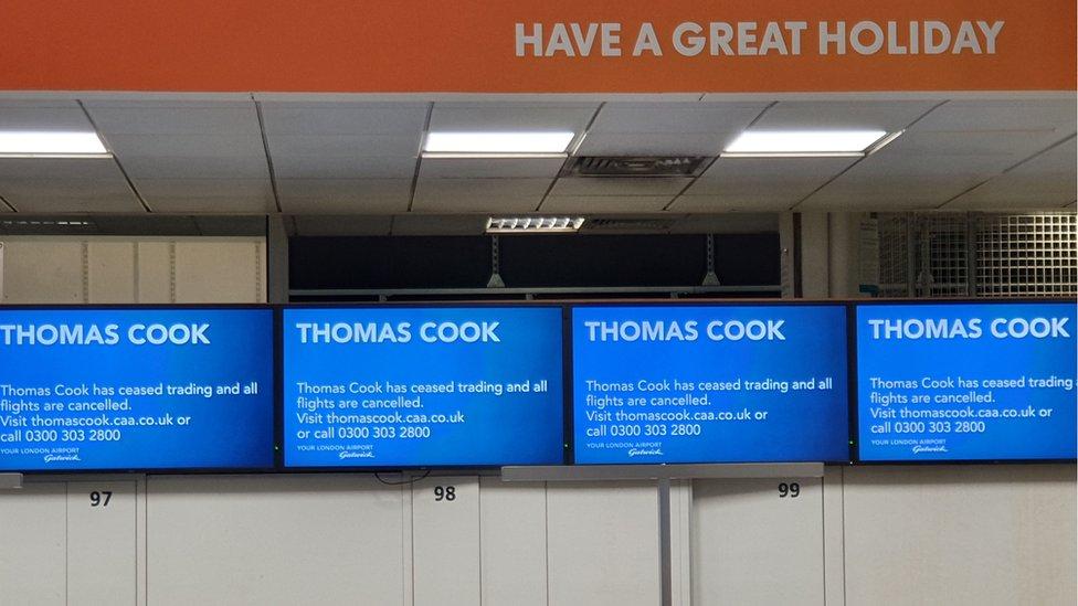 """تابلوی اعلانات فرودگاههاه """"گتویک"""" در جنوب شرقی انگلستان که خاتمه فعالیت تجاری شرکت توماس کوک بر روی آن نمایش داده شده"""
