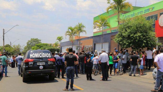 Movimentação na frente de escola após crime