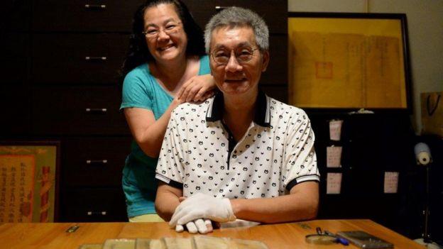 Vợ chồng anh Cao và năm quyển văn tuyển của Vua Tự Đức. Hiện giờ ở Việt Nam chỉ còn giữ phần thơ tuyển của vua