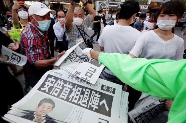 东京街头民众索取报道安倍晋三辞职的《读卖新闻》号外(28/8/2020)