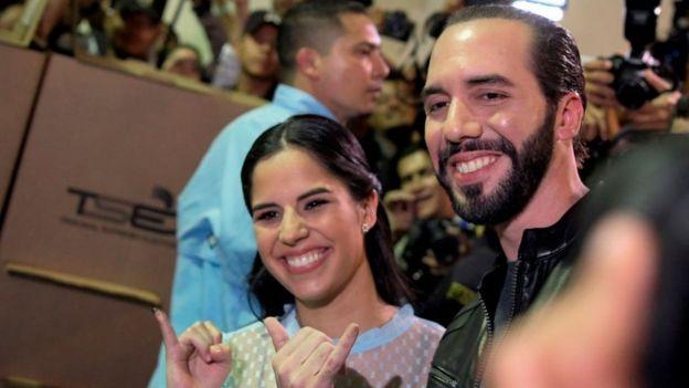 Bukele y su esposa