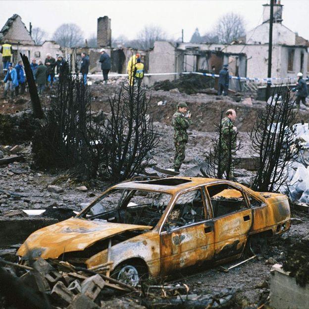 Coche quemado en Lockerbie tras la colisión del avión de Pan Am.