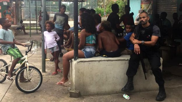 Soldado armado próximo a crianças no Rio