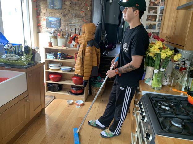 Morgan faz uma pausa durante algumas tarefas domésticas
