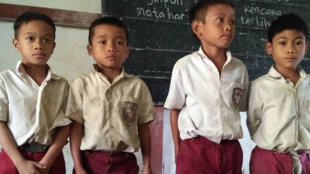 ANGGIT PURWOTO  Keempat murid sekolah dasar meminta tas sekolah dalam video yang diunggah ke media sosial.