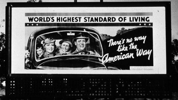 Un cartel con una familia en un auto en el siglo XX