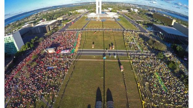 Manifestantes durante votação do impeachment de Dilma Rousseff