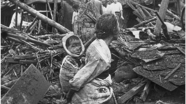 Mãe e criança feridas na Guerra da Coreia