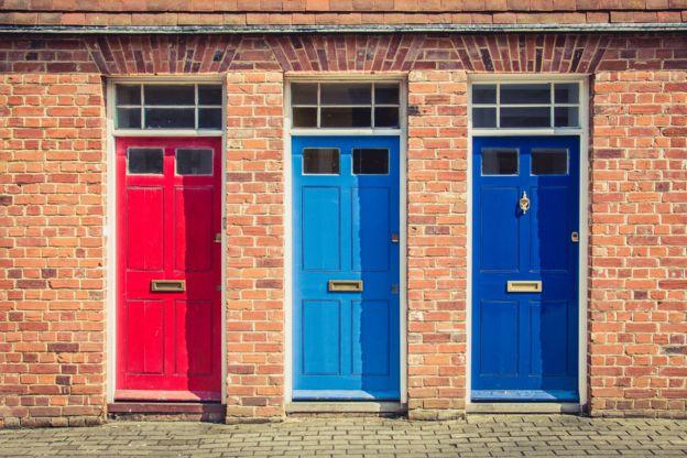 Двери в разных цветах: красный, голубой и синий.