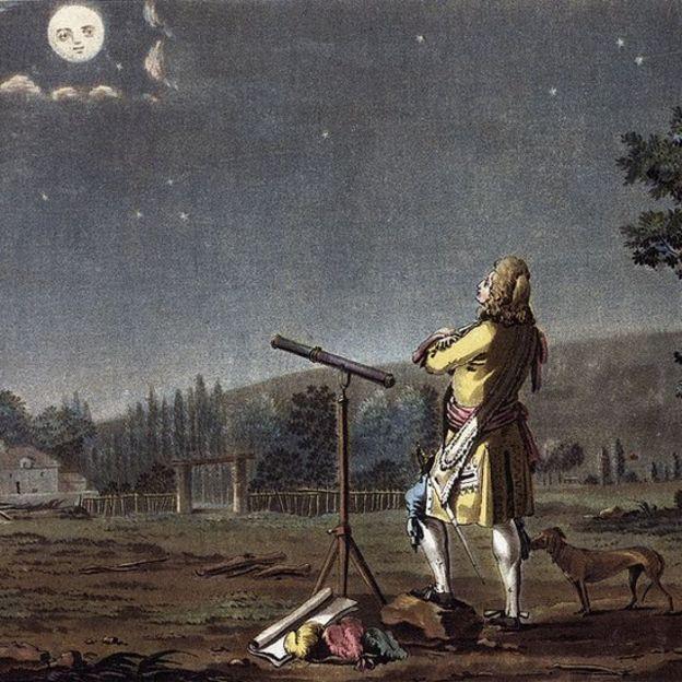 Hombre del siglo XVII con telescopio mirando a la Luna.