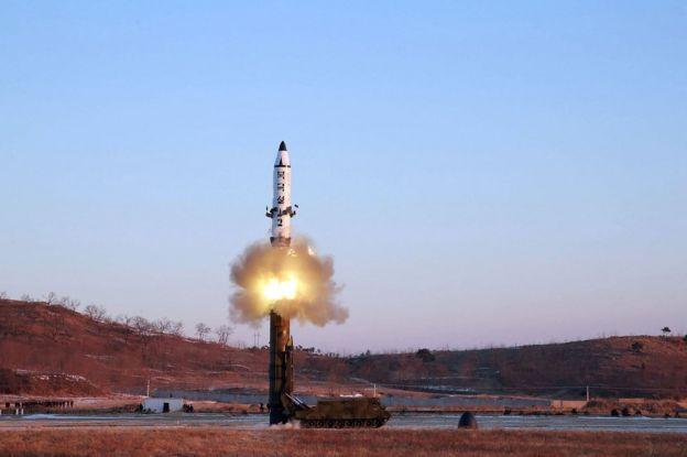 Lanzamiento de un misil Pukguksong-2 de Corea del Norte.