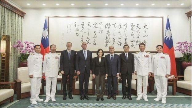 Bà Thái Anh Văn tiếp Đô đốc Scott Swift (thứ tư, từ trái sang), cựu tư lệnh Hạm đội Thái Bình Dương