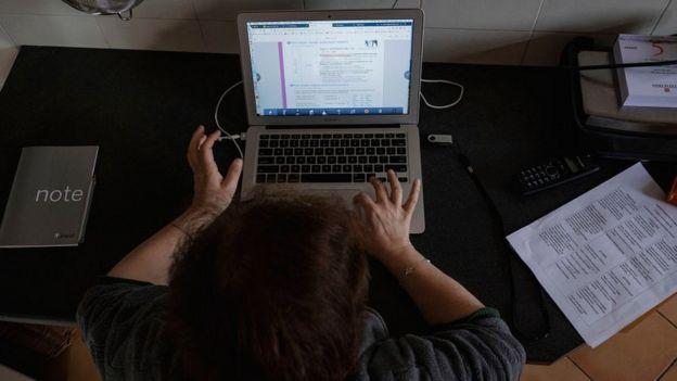 انٹرنیٹ پر ہوم ورک کی منڈی: پاکستان کے نوجوان جو دوسرے ممالک کے طلبہ کو پاس کرواتے ہیں