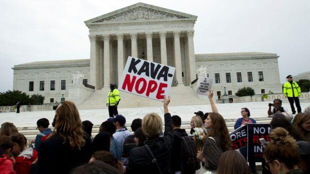 示威者在美國最高法院大樓外高舉標語,要求參議院不要通過任命卡瓦諾為最高法院大法官。