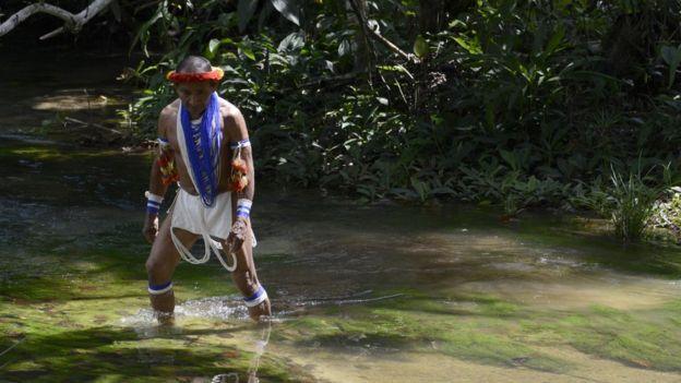 Rahuenicha, um xamã da tribo piaroa, atravessando um rio.