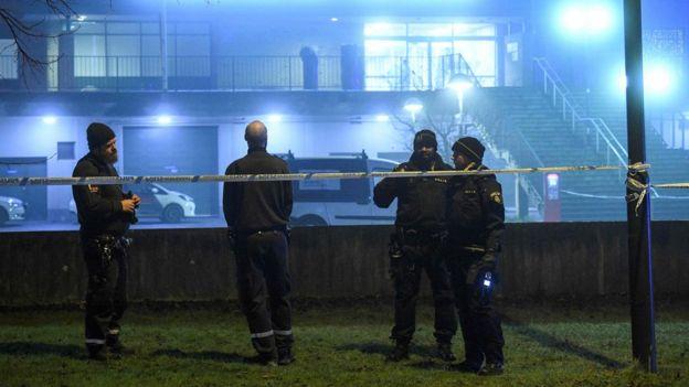 Policías en una escena de un crímen en Malmö, Suecia
