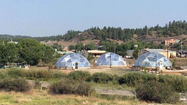 Los tres invernaderos usan energía geotermal para cultivar plantas todo el año, incluso en el frío clima de Colorado.