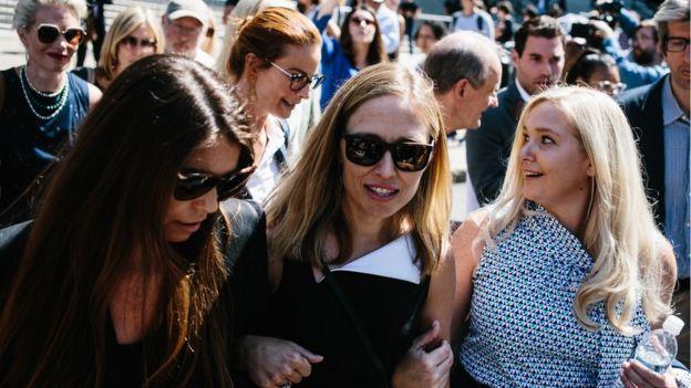 Presuntas víctimas de Epstein yendo a declarar