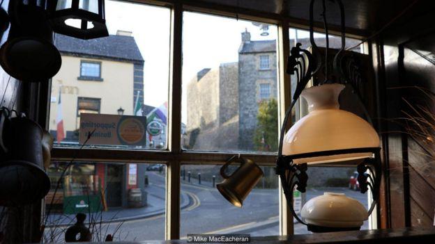 Imagem mostra janela e alguns objetos do Sean's Bar, pub mais antigo da Irlanda