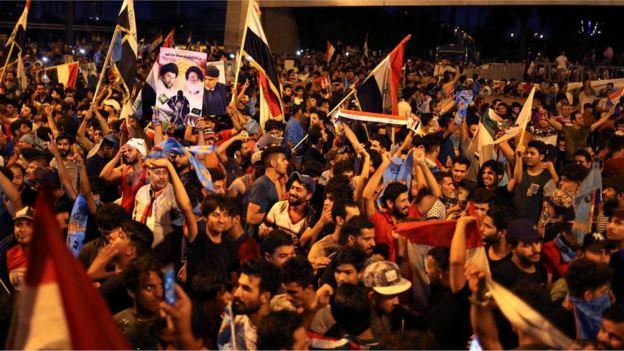 خرج المئات من أتباع الصدر في مظاهرات فرح بعد الإعلان عن فوز قائمة
