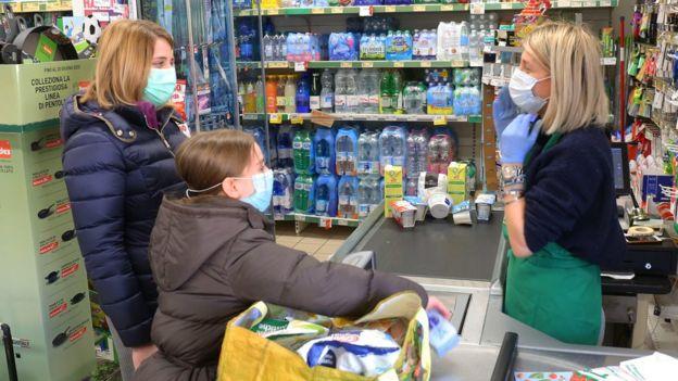supermarket di Vo' Euganeo, Italia, virus corona