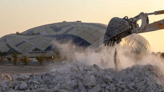 Maquinaria de construcción del estadio Lusail Iconic en Qatar