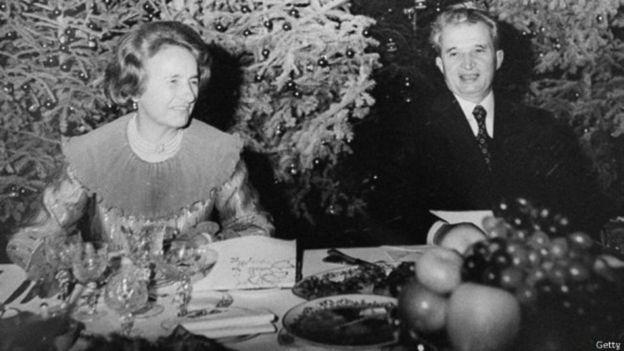 """Asqueroso comunismo /30 años de la revolución en Rumania: la macabra historia de los """"huérfanos de Ceausescu"""" y qué enseñó su tragedia a la ciencia so _110277803_141205151757_nicolae_ceausescu_with_wife_elena_624x351_getty"""