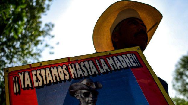 Manifestante en México con cartel de